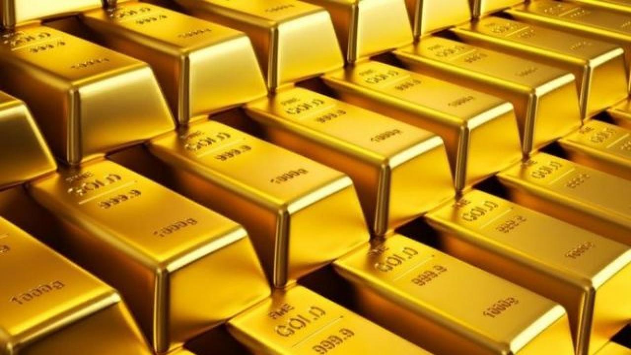 Золото стабильно держится на уровне 8-летнего максимума на фоне роста числа случаев вируса и восстановления активности в США